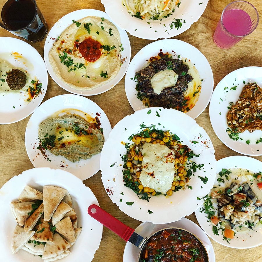 Festin pour le brunch (en version végane) au restaurant Birona Hummus Bar (photo modifiée pour Instagram @matthieuvegan)